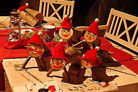 Tio de Natal: Bei diesem katalonischen Weihnachtsbrauch werden zuvor selbstgemachte Holzklötze mit lächelndem Gesicht und einer roten Kappe verziert, um vom 08.12. bis 24.12. von den Kindern mit Obst und Brot gefüttert zu werden und immer schön mit einer